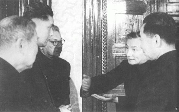 1949年,陈云同出席会议的代表交谈。