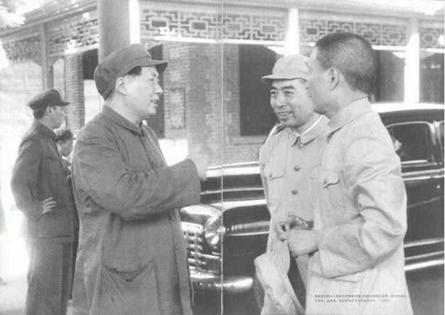 1949年,迎接宋庆龄从上海来北平参加中国人民政治协商会议第一届全体会议。毛ZD、周恩来、张治中在北平火车站月台上。