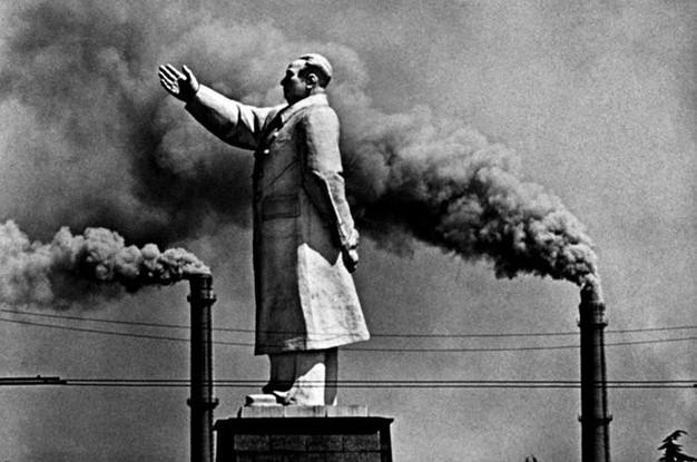 矗立在两个烟囱之间的毛泽东像,烟囱是中国新型工业化自豪的象征。摄于1971年的武汉