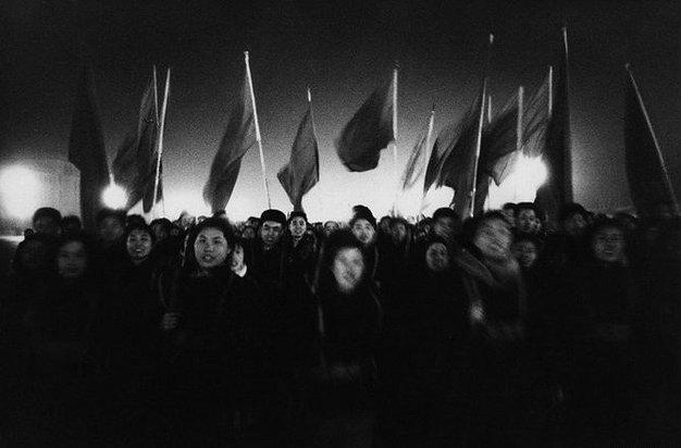 游行的人群。