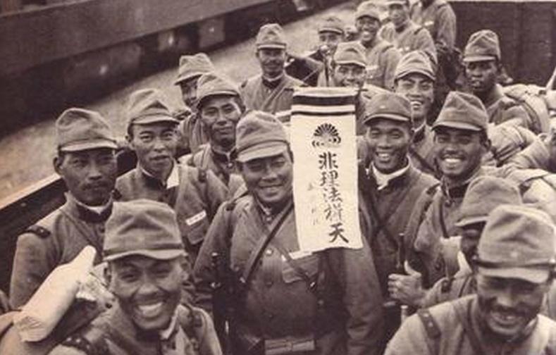 1945年9月2日上午9时,在停泊于东京湾的美国战列舰密苏里号上举行向同盟国投降的签降仪式。日本新任外相重光葵代表日本天皇和政府、陆军参谋长梅津美治郎代表帝国大本营在投降书上签字。