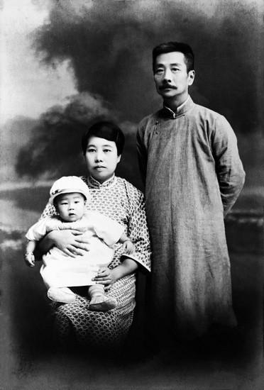 1930年9月25日 鲁迅五十岁生辰全家照,摄于上海春阳照相馆。