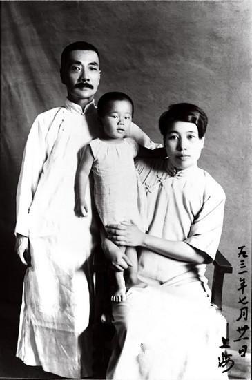 """1931年7月28日 这张照片是到福井写真馆照的。8月11日鲁迅在日记上记载:""""昙,风。上午以海婴照片寄母亲。"""""""
