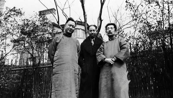 """1933年2月24日 鲁迅与杨杏佛(中)、李济之(""""同盟""""北平分会副主席)合影 摄于上海中央研究院国际文物局交换处。这张照片也曾以""""没有杨杏佛""""的形式出现在各种画册上。"""