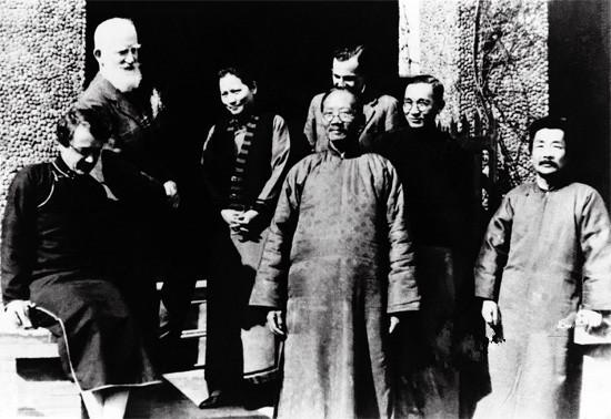 1933年2月17日萧伯纳访问上海,鲁迅应宋庆龄之邀,同萧伯纳会面,并合影留念。摄于上海宋宅。
