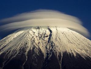 那些形状奇特的飞碟状山顶云朵